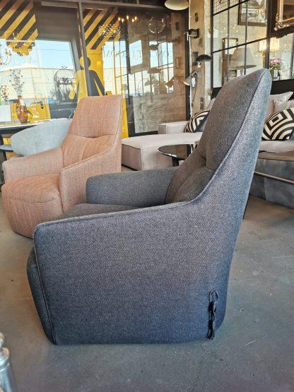 высокое серое кресло